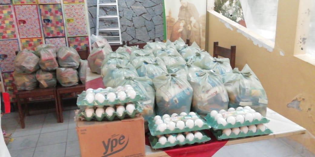 Distribuição de cestas básicas pelo Projeto Beira da Linha