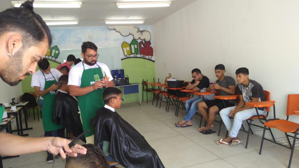 Ação social de corte de cabelo no Projeto Beira da Linha com a Paulista Cursos